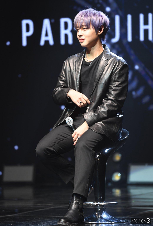 [MONIS照片]朴志勋让男性美的皮夹克
