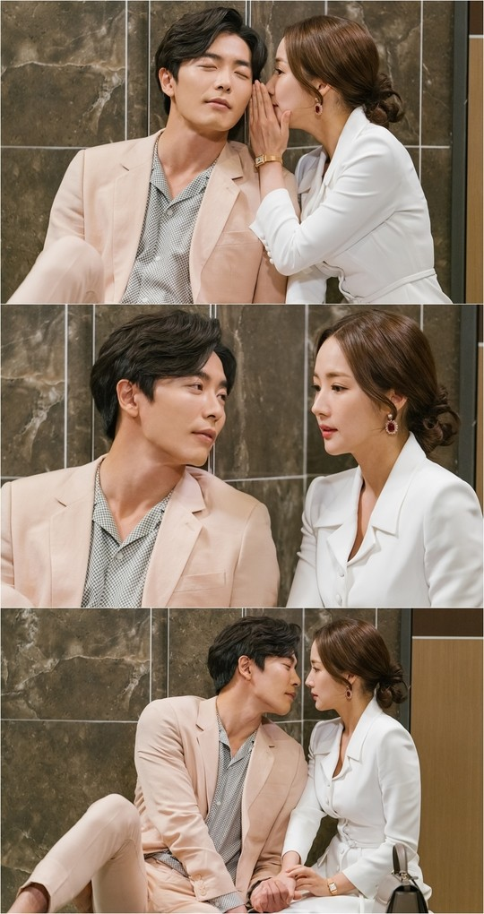 Park Min Young is whispering something in the ear of Kim Jae Wook
