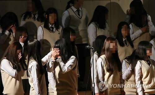 '세월호 아픔' 단원고 졸업식…생존학생도 졸업생도 울었다